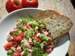 cuisiner des crevettes salade de crevettes nordiques et tomates simple et rafraîchissant