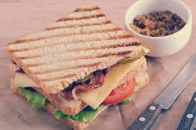 moutarde blanche en cuisine sandwich avec du blanc de poulet de lard et et la moutarde blanche