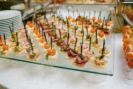 traiteur canapé traiteur table accompagnées de divers snacks canape et appetize