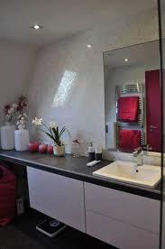 cuisine blanche mur framboise aurélie hemar dévoile sa déco d intérieur en gris et framboise