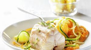 comment cuisiner la saumonette recette roussette et tagliatelles de légumes sur crème citronnée