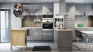 cuisine a la mode armoire de cuisine en bois blanc comptoir lisse gris tabouret carré