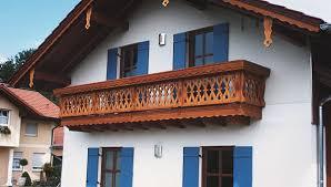 balkone holz holzbalkone balkone aus holz traditionell bis modern