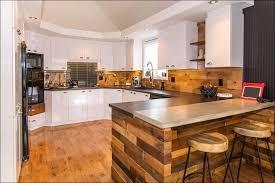 cuisine en palette bois une maison rénovée au complet avec ingéniosité déconome