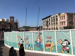 photo report disney s hollywood studios 4 4 17 star wars land a wall has started to rise likely a themed barrier between star wars and the muppets courtyard you can see this wall from the other side in the above