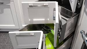 armoire en coin cuisine accessoires sur mesure tiroir de coin tendances concept
