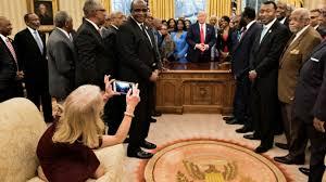 bureau president americain tollé après une photo de la conseillère de agenouillée sur un