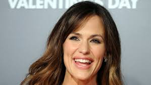 actress in capitol one commercial2015 why does jennifer garner resort to work that s beneath her