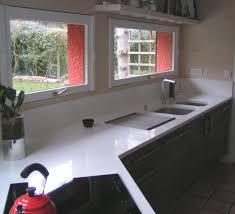 plan travail cuisine quartz plan de travail en quartz blanc simple cuisine avec faade noir