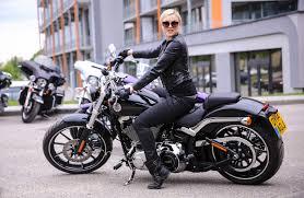žvaigždės sėdo prie prabangių u201eharley davidson u201c motociklų vairo