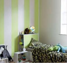 lambris pvc chambre lambris pvc dans chambre enfant couleur blanc et vert anis