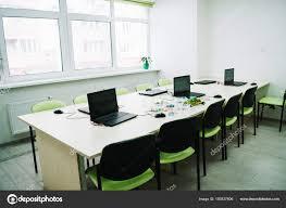 sur le bureau intérieur salle classe avec les ordinateurs portables sur bureau