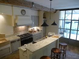 cuisine provencale avec ilot cuisine provençale moderne avec plans en cachemir blanc un grand