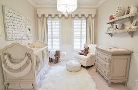 rangement mural chambre bébé design interieur chambre bebe fille lit bois tabouret fauteuil