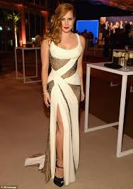 Vanity Fair Dubai Amy Adams Accentuates Her Curves In Ruched Cream Gown For Vanity