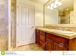 Steinfliesen Bad Badezimmer Mit Steinfliesen Und Dusche Mit Hölzernen Kabinetten