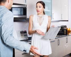 vendeur de cuisine client mécontent mécontent en colère mécontent du vendeur d
