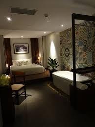 chambre avec baignoire chambre sans fenêtre avec baignoire lavabo et grande photo