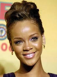 Hochsteckkurzhaarfrisuren Locken by Rihanna Sieht So Sympatisch Mit Dieser Frisur Hochsteck Frisur