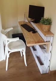 petit mat iel de bureau aménagement studio étudiant avec des meubles en palettes studio