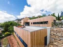 piscine sur pilotis maison bois avec terrasse et bassin de nage en béton banché