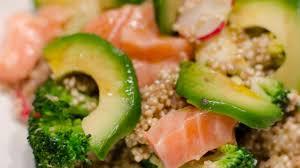 cuisiner le brocolis frais salade de quinoa aux brocolis à l avocat et au saumon frais