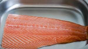 cuisiner un filet de saumon oter la peau et dégraisser un filet de saumon recette par chef simon