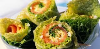 cuisiner un chou vert rouleaux de chou vert au saumon fumé facile recette sur cuisine