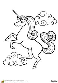 a colorier dessin d u0027une belle licorne debout avec des nuages à l