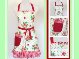 comment faire un tablier de cuisine tablier de cuisine à volant fraises et vichy par du 12
