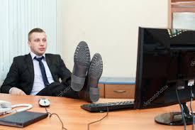 sur le bureau homme d affaires beau se reposer les pieds sur le bureau