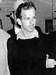 Oswald Backyard Photos 10 The Assassin Lee Harvey Oswald Snuffed Out By A Red