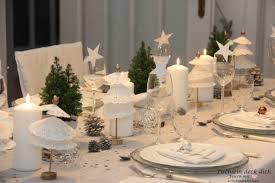 weihnachtliche tischdekoration mit tortenspitzenbäumchen