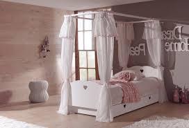 chambre lit baldaquin lit baldaquin fillette simple pour dcorer une chambre de fille en
