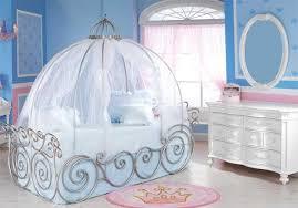 chambre de princesse pour fille design interieur chambre enfant calèche fille princesse miroir