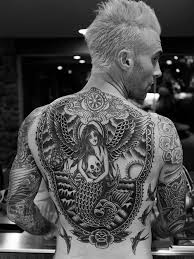 popular judge on u0027the voice u0027 reveals giant tattoo on his back that