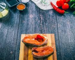 cuisiner un filet de saumon recette filet de saumon sur planche de cèdre