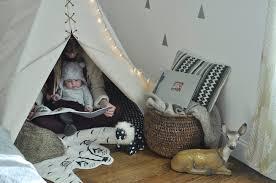 tipi enfant chambre déco originale pour la chambre de bébé chloé fleuri tipi pour