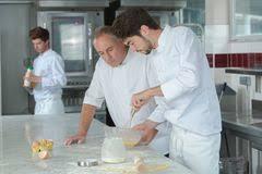 cuisine apprentissage chef dans la cuisine de restaurant préparant la nourriture photo