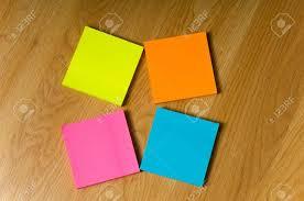 post it sur bureau plusieurs couleurs néon blanc post it notes é sur un plancher