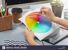 Grauer Schreibtisch Die Grauen Schreibtisch Mit Laptop Notizblock Mit Leeren Blatt