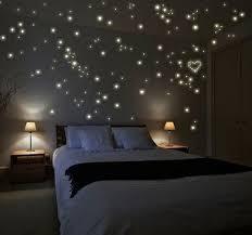 etoiles phosphorescentes plafond chambre idée romantique coller des étoiles phosphorescentes sur le plafond