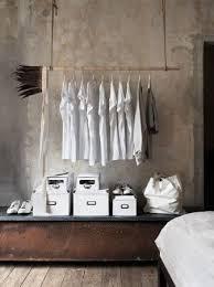 pose vetement pour chambre comment faire un portant porte vêtements déco bois cuivre