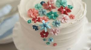 the wilton method of cake decorating easy royal icing flower cake