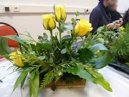 composition florale avec des roses centre de table avec roses jaunes jardiner composter et pailler