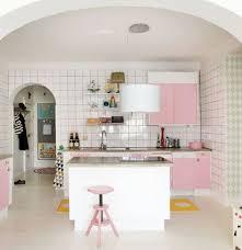 cuisine girly parquet blanc et meubles de cuisine roses en déco girly