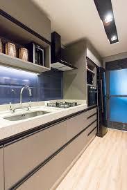 Extreme Cozinha Moderna com Porcelanato Azul e Fita Led de Mauren Buest  &OQ76