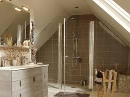 salle de bain dans chambre sous comble chambre avec salle de bain sous comble idées de décoration
