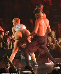 Miley Cyrus Twerk Meme - miley cyrus steps up her twerking antics with a large prosthetic