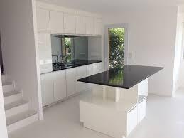 cuisine blanc laqu plan travail bois cuisine blanc laque et noir l gant cuisine blanche plan de avec